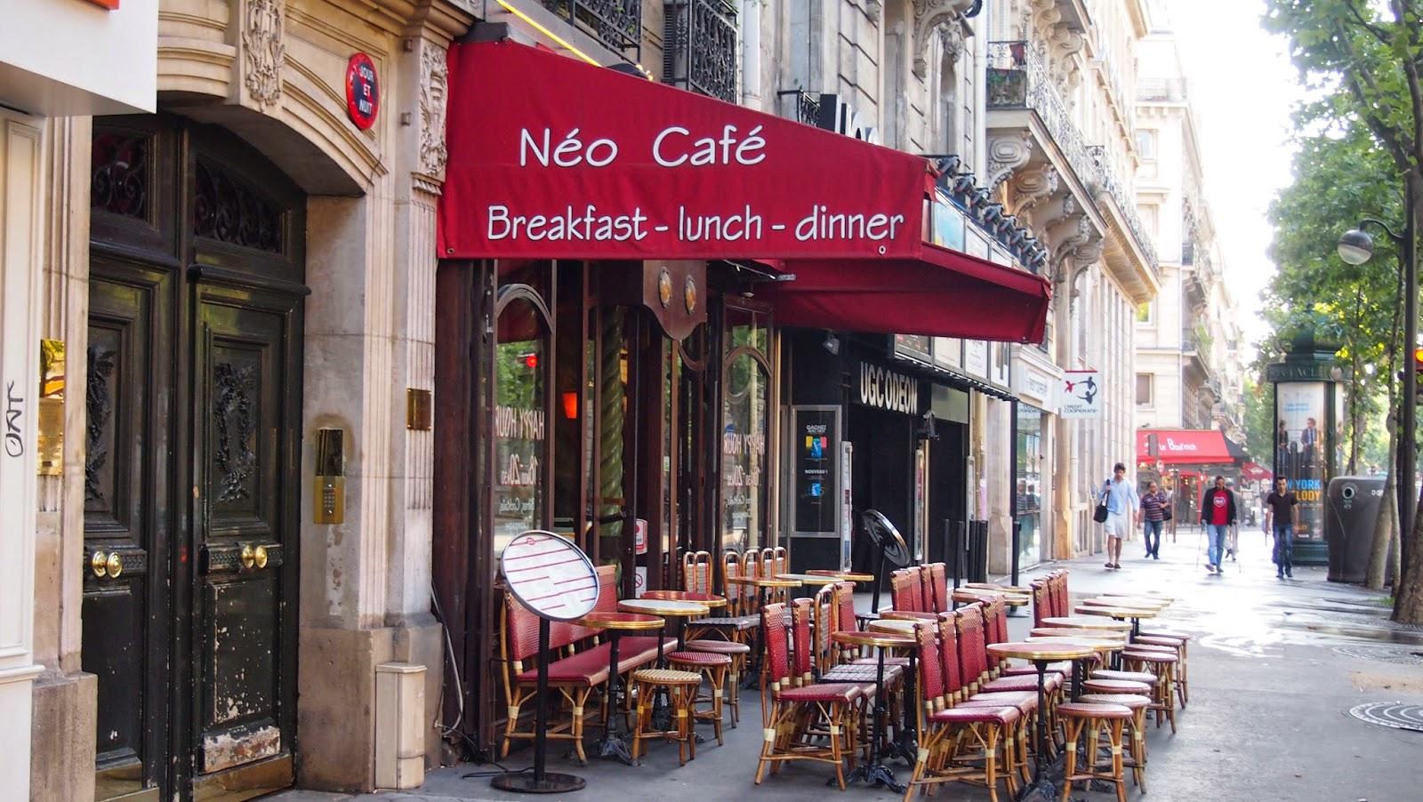 パリのアパルトマン隣のカフェの写真