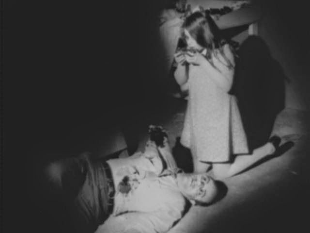 La piccola Karen Cooper mentre mangia suo padre