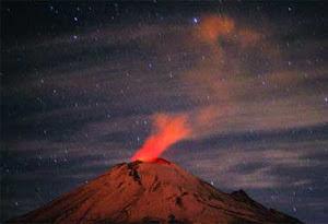 El Popo amanece rojo por una explosión de baja intensidad.