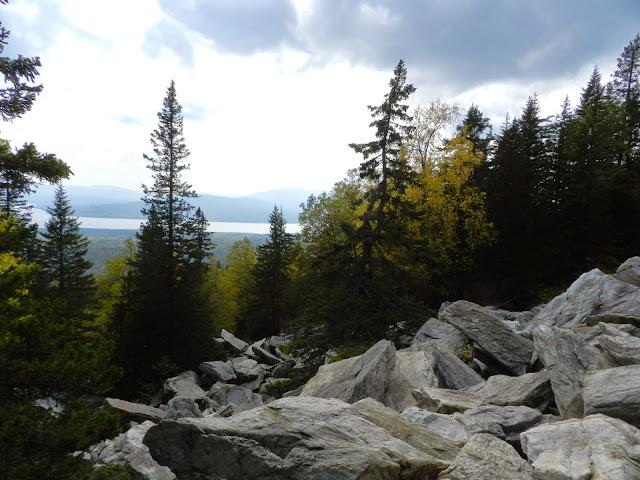 Вид на озеро в начале подъёма на хребет Зюраткуль