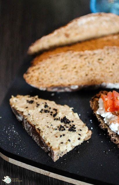 Kichererbsenaufstrich auf Brotscheibe