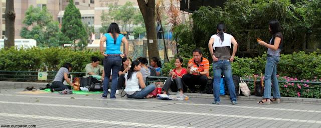 Mujeres filipinas en su día libre en Hong Kong