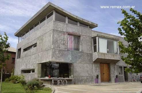 Casa residencial contemporánea con perfil brutalista
