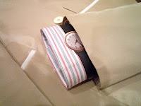 白いカッターシャツにクラシックな時計。