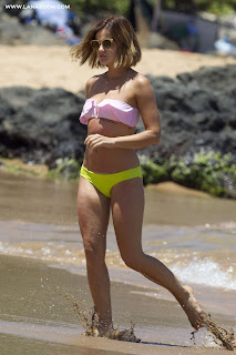 صور لوسي هيل بالبكيني مع صديقها في هاواي