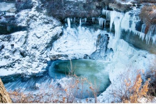Cachoeira congelada de Minnehaha Falls