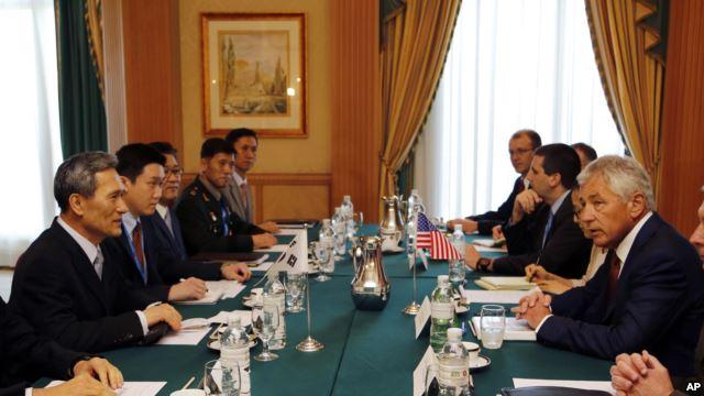 Bộ trưởng Quốc phòng Hoa Kỳ Chuck Hagel (phải) và Bộ trưởng Quốc phòng Nam Triều Tiên Kim Kwan-jin (trái) thảo luận tại cuộc họp song phương ở Bandar Seri Begawan, Brunei, 28/8/13