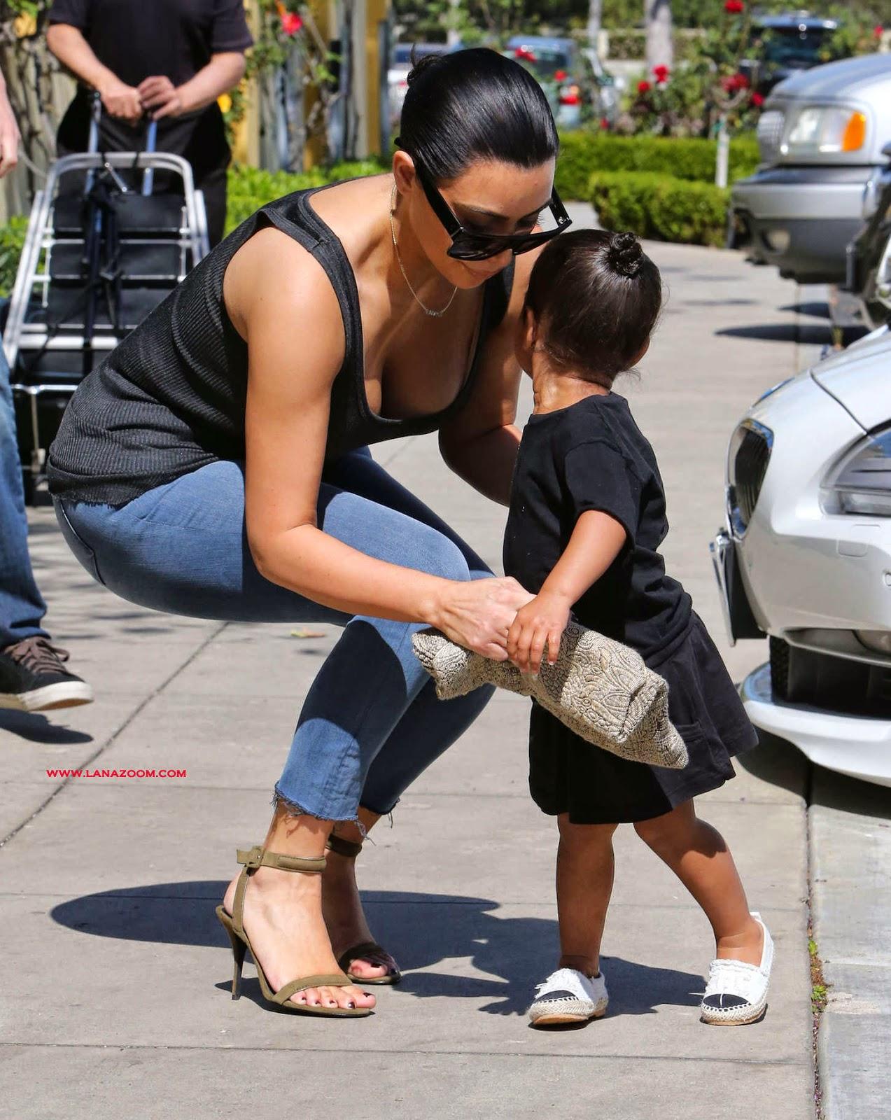 صور كيم كارداشيان مع ابنتها في بيفرلي هيلز