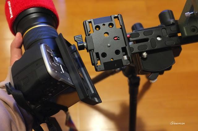 快拆板是方便相機裝卸的設置。因為如果不另外裝快拆板,當要換電池或者重新校正相機時,裝卸就會很麻煩