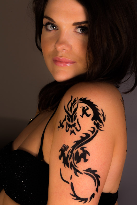 Riesgo de tatuaje. Evita detección de melanoma.