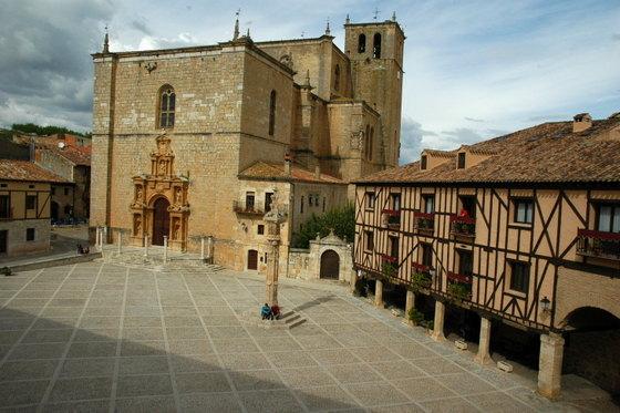 imagen_ribera_duero_peñaranda_plaza_mayor_iglesia_arquitectura_popular_rollo