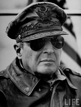 General DOUGLAS MACARTHUR  (26/01/1880 -  05/04/1964)