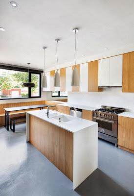 Moderno diseño de cocina en casa remodelada