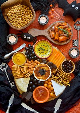 Uma tábua de queijos e acompanhamentos para o Halloween