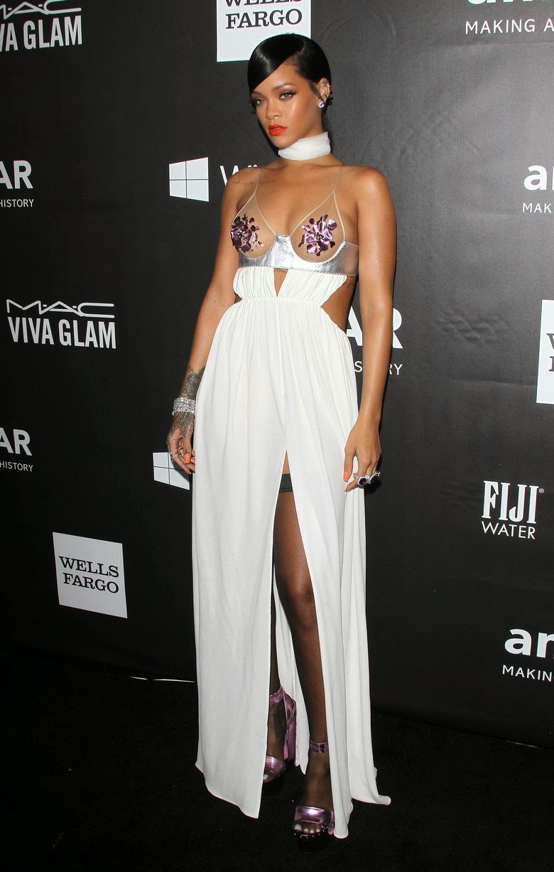 ريهانا في ثوب يكشف الكثير من جسمها خلال حضورها amfAR gala في لوس انجلوس