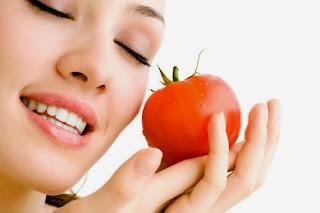 perawatan kulit wajah kering dengan buah tomat