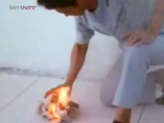 Lelaki guna tenaga Chi membakar kertas