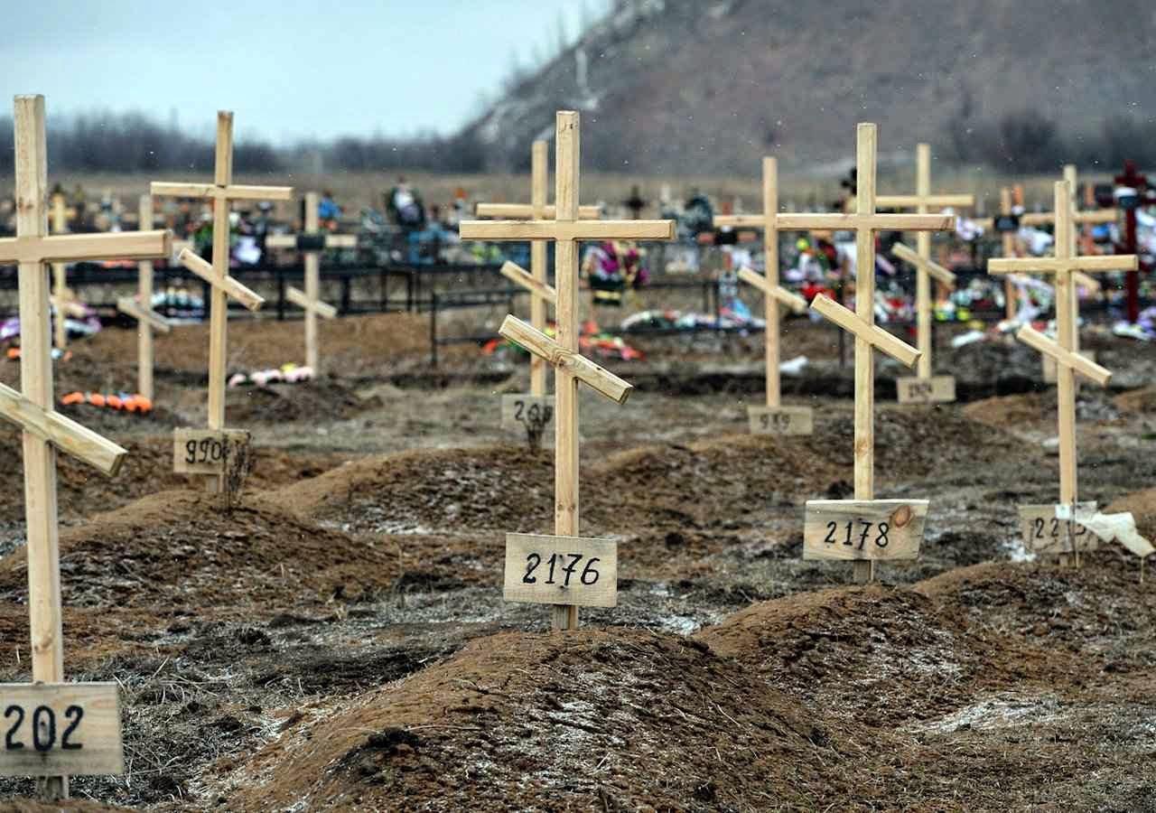 As cruzes não contêm nomes mas números num cemitério na região separatista pro-Rússia, perto de Donetsk.