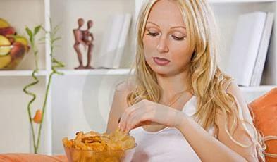 sad-woman-eating-snacks-home-كيف تتعامل المرأة مع فقدان وضياع وظيفتها - امرأة فتاة بنت حزينة فى المنزل تأكل