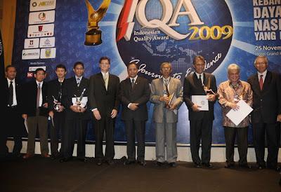 Mentri Negara BUMN Bpk. Mustafa Abubakar berfoto bersama den- gan para CEO Penerima Performance Excellence Growth Achievement Award IQA 2009 didampingi oleh Pengurus IQA Foundation