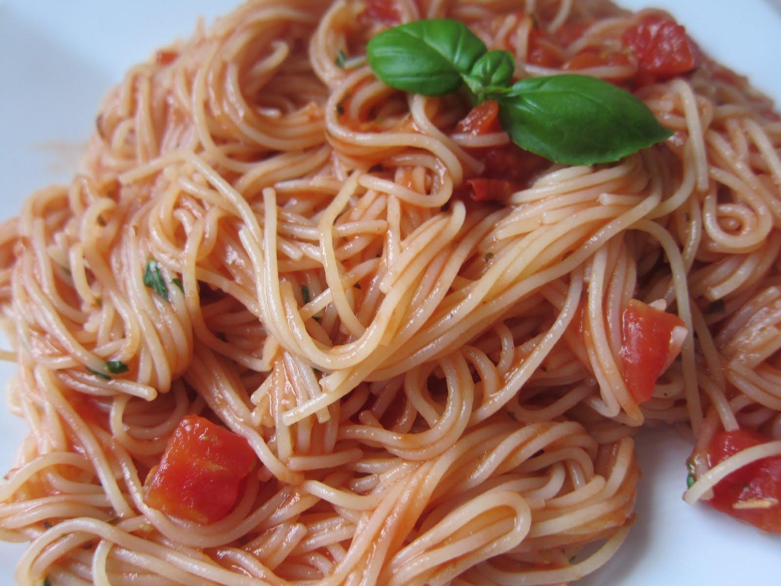 WholeFoodVegan: Angel Hair Pasta with Fresh Basil Tomato Sauce
