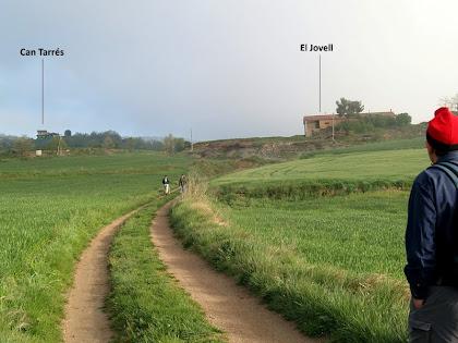 Les masies d'El Jovell a la dreta i Can Tarrés a l'esquerra