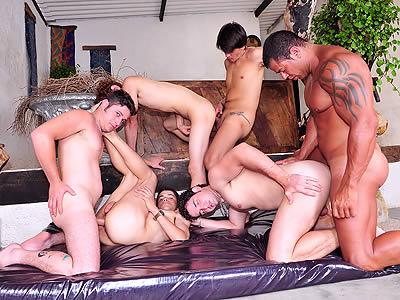 Gay group sex. Sexe en groupe gay. Sexo en grupo gay.