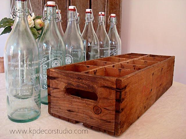 Venta de lote de botellas antiguas para decoración y colección. Cajas de madera antiguas para decoradores