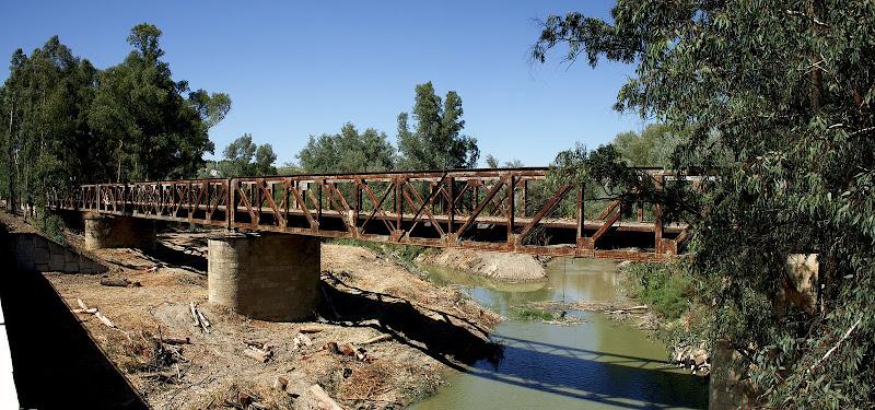 Vista general del puente de hierro. (agosto 2011)