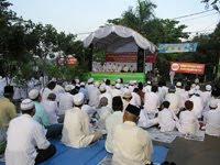 Muçulmanos reunidos para protesto contra igreja