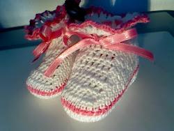 botinhas de bebé branco e rosa vivo