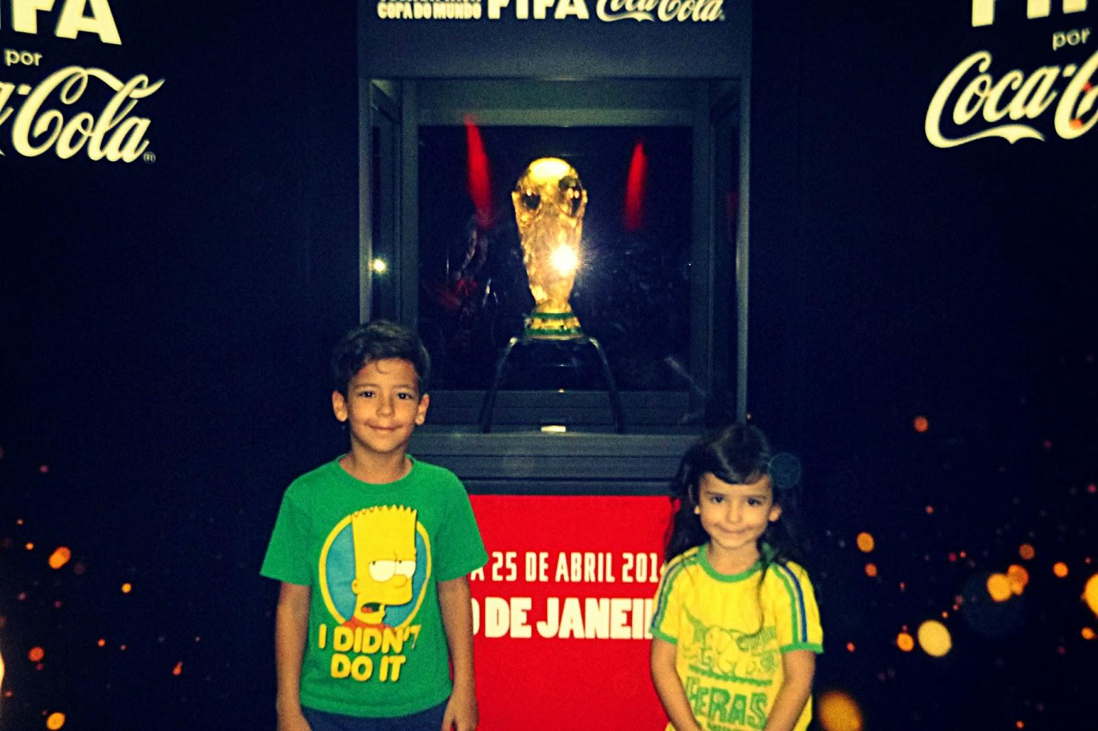 Visitando a Taça no Maracanã