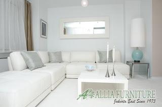 Ruang tamu dengan dominasi warna putih