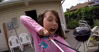 Γενναίο κορίτσι βγάζει το δόντι του με την βοήθεια ενός τόξου