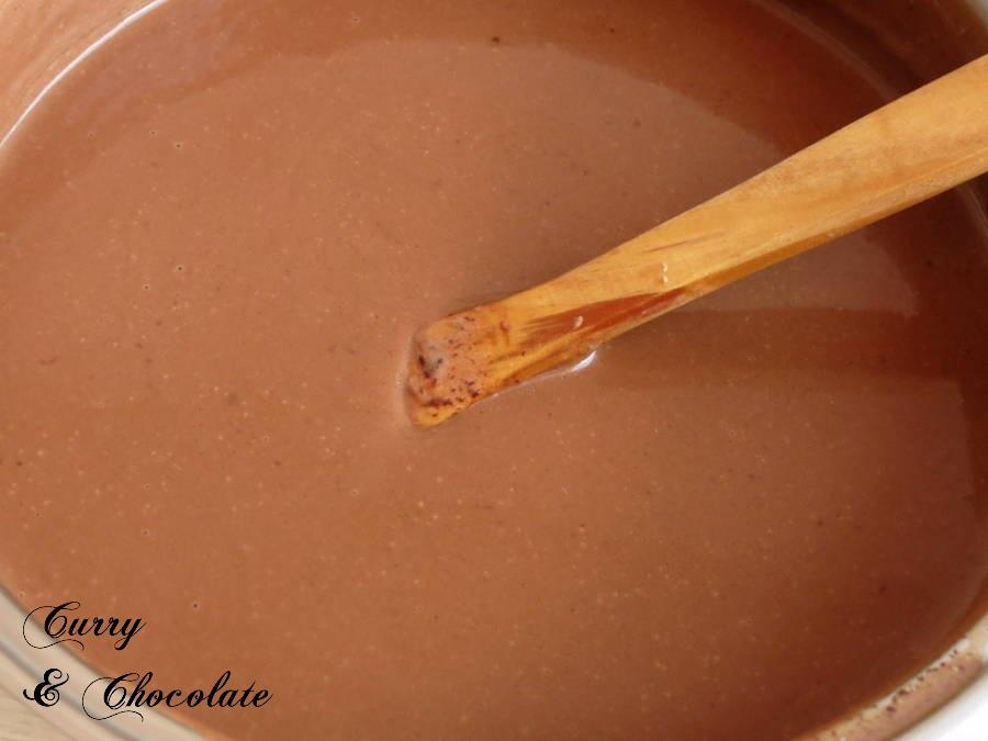 Preparando la capa de chocolate y capuccino