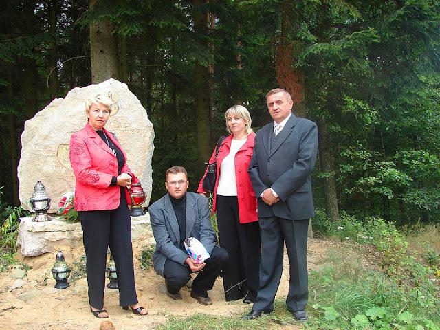 Posada, Radosław Nowek z żoną Marzeną i rodzicami Alicją i Feliksem przed pomnikiem. Fot. 1.09.2007.