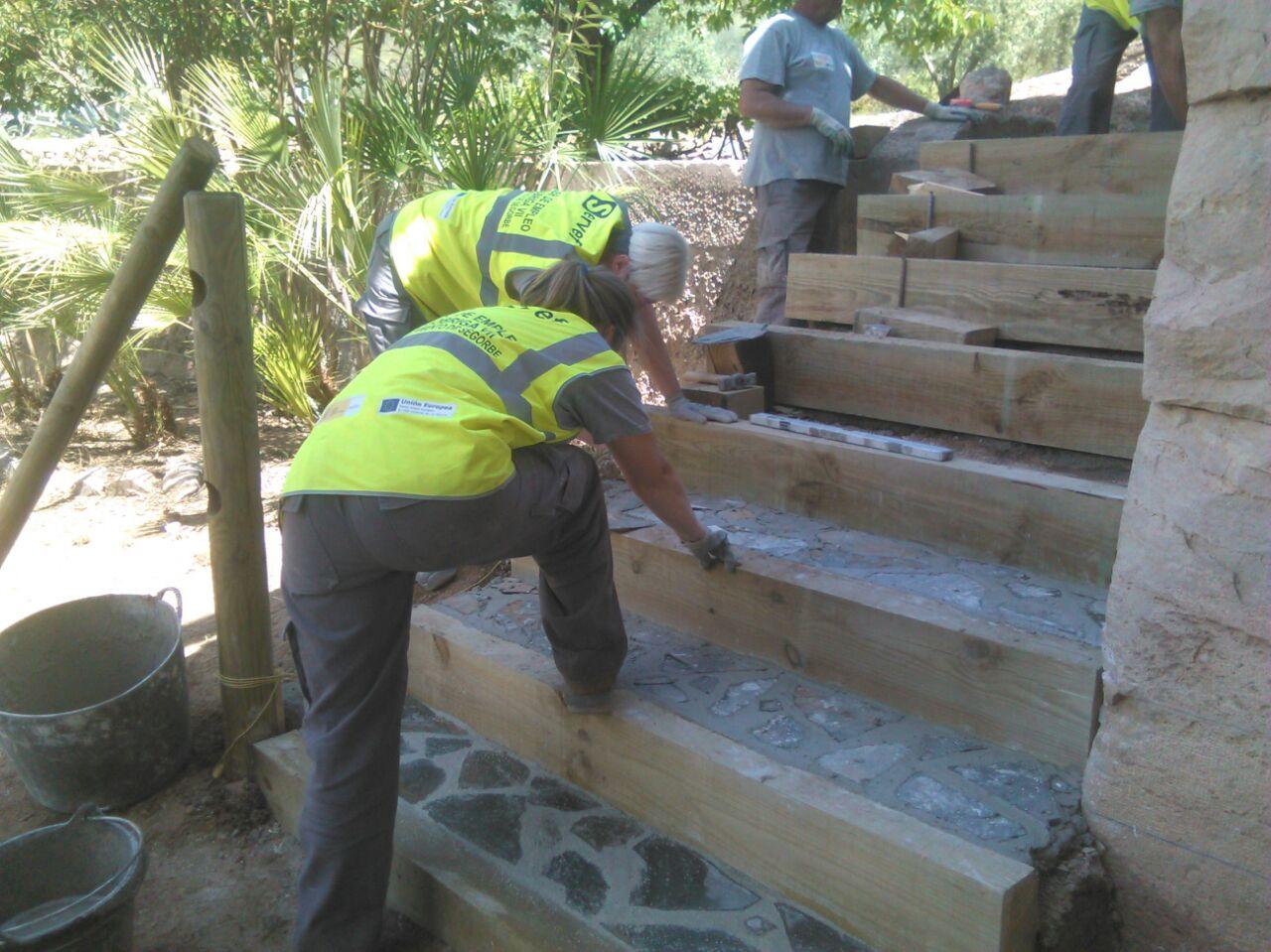 Taller de empleo seg briga vii escaleras y jardineras for Barandales de madera para jardin