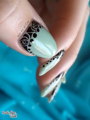 Nail art dentelle de détail avec roses gothiques sur lunules par Nails Arc en Ciel
