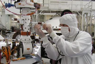 Técnico del JPL operando con el rover Curiosity