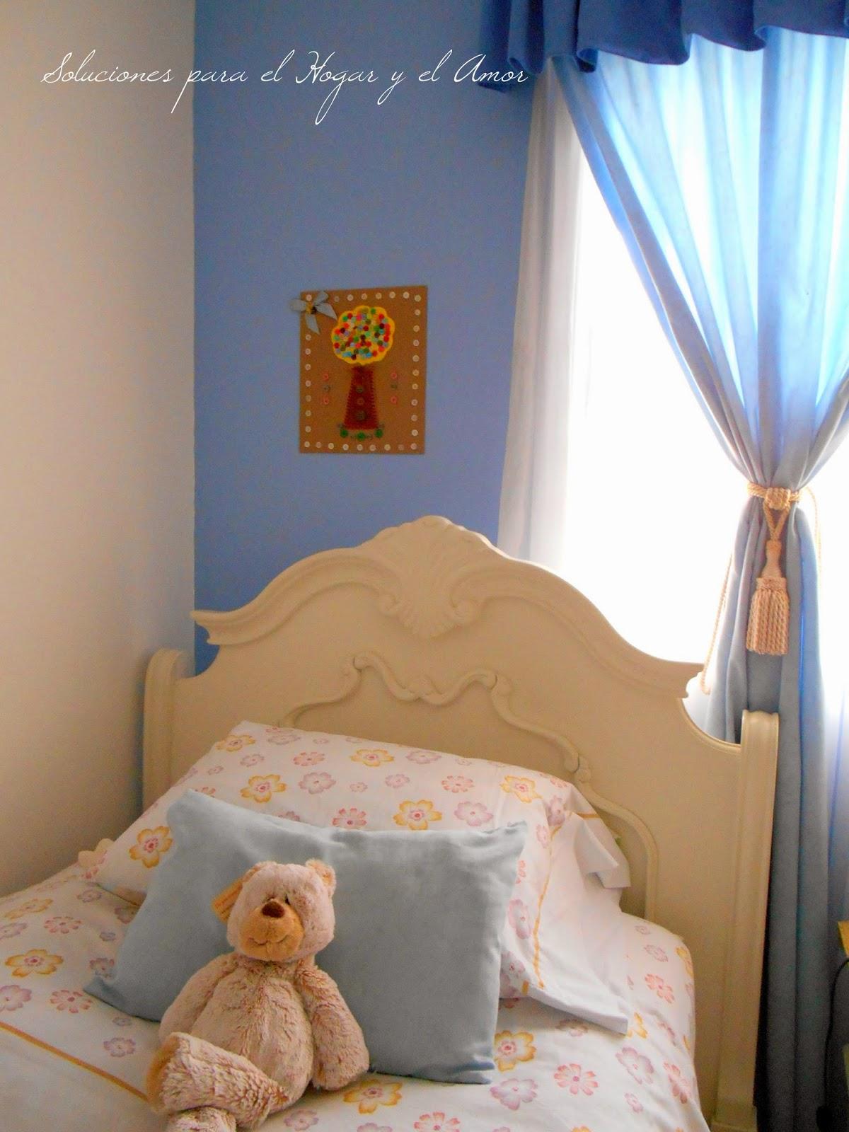 Dormitorio decorado con cuadro hecho de botones