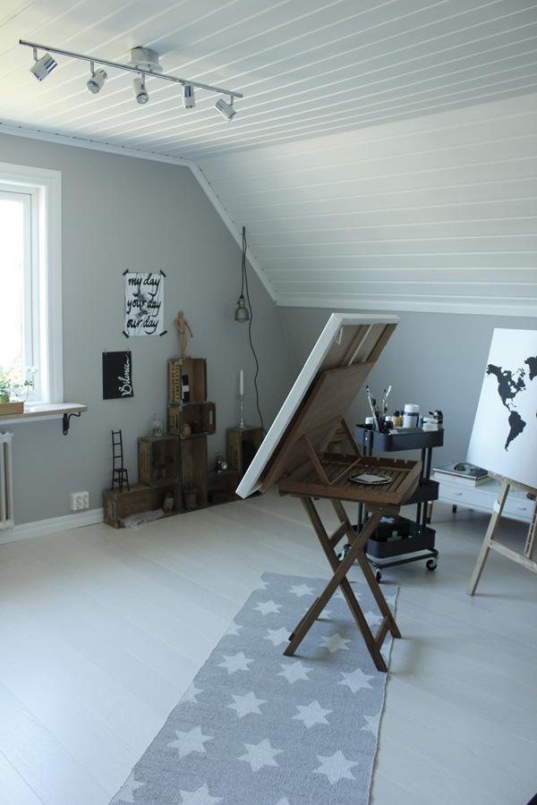 ateljé i vitt och grått, renovering, målarstudio,