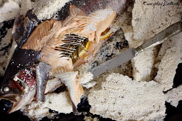 Pstrąg łososiowy pieczony w soli