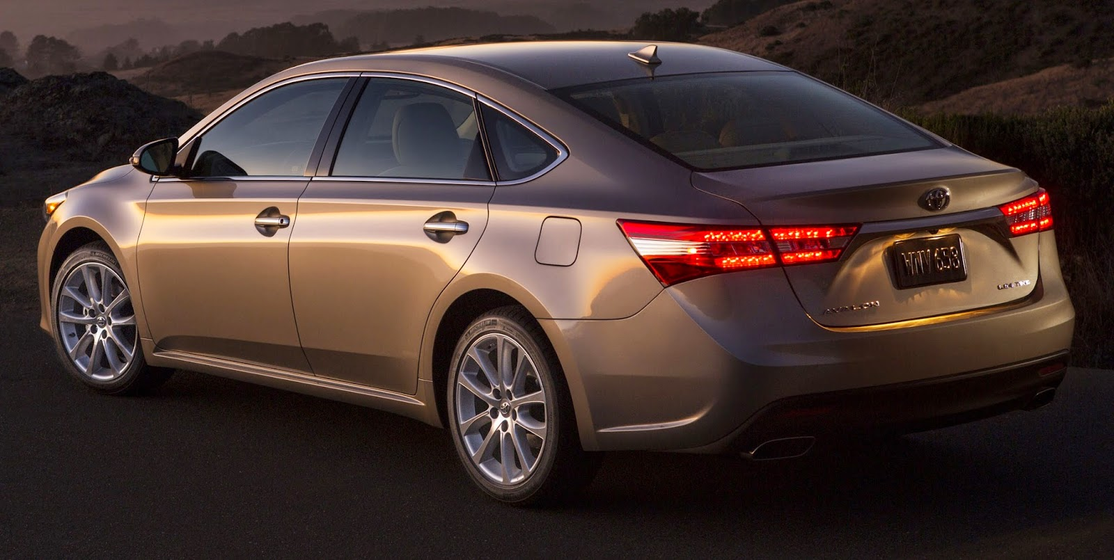 Rear 3/4 view of 2015 Toyota Avalon Limited