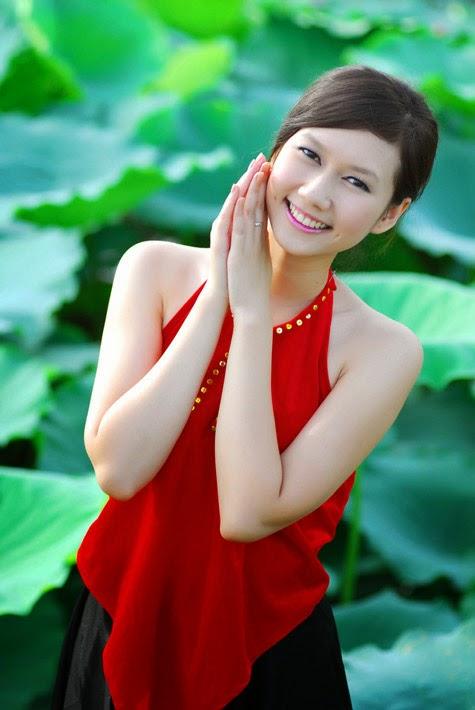 Girl xinh với áo yếm xưa bên hồ sen Phấn 1 24