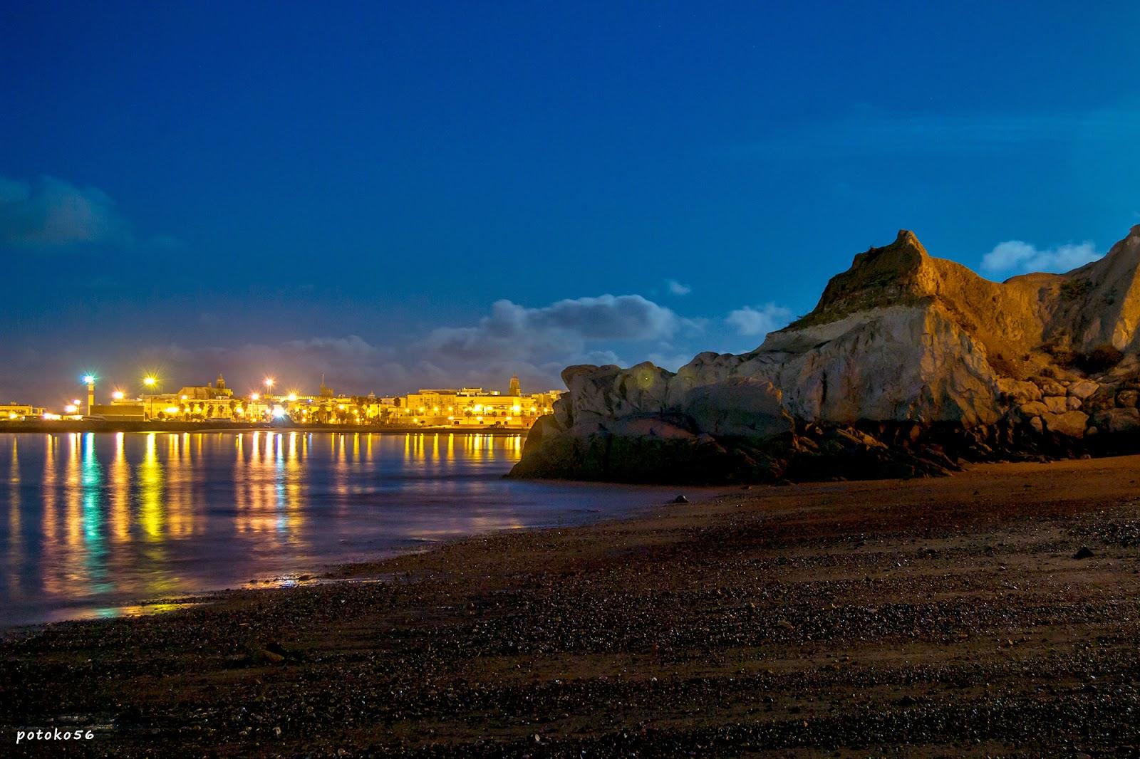 Reflejos de las luces de Rota en la Playa del Chorrillo