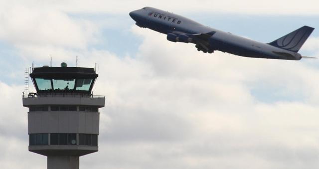 كيف تستمع إلى الطائرات اثناء الحديث مع برج المراقبة من منزلك