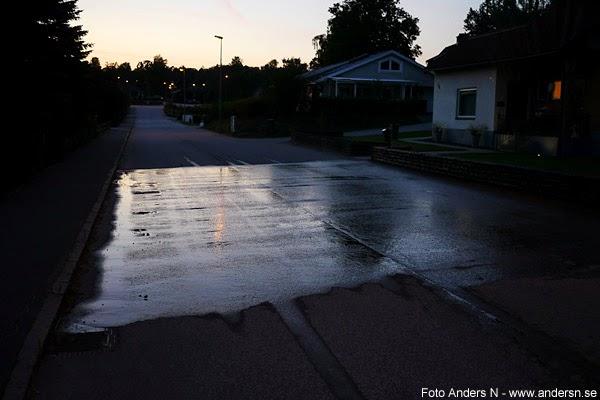 lokal regnskur, regn, local rain, wet street, våt gata, kväll, solnedgång, blå timmen