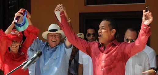 """12:12 PM - 12 Mayo,  LA VEGA, RD *-. Los hermanos paternos del presidente del Partido Revolucionario Dominicano, Miguel Vargas Maldonado, le pidieron este sábado que se una """"en cuerpo y alma"""" a la candidatura de Hipólito Mejía, a quien consideran """"parte de nuestra familia"""". Presentado por su hermana  Janet Rivera,  el empresario Tony Rivera, hijo del extinto senador y diputado del Partido  Reformista Social Cristiano por esta provincia, el empresario Pedro A. Rivera,  aseguró que """"mi padre mantuvo siempre una relación de amistad y respeto profundo con Hipólito."""