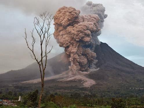 [Imagem: vulc%C3%A3o+Sinabung+%C3%A9+visto+expeli...cinzas.jpg]
