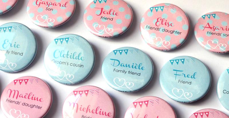 les badges bleus pour les invits de monsieur les fonds roses pour les invits de madame et les bigot pour les invits communs - Badges Personnaliss Mariage